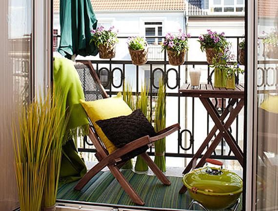 Drveni sto i stolice koje poslije upotrebe možete sklopiti.