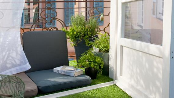 Kao alternativu dosadnim pločicama postavite vještačku travu.