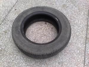 Stara automobilska guma.