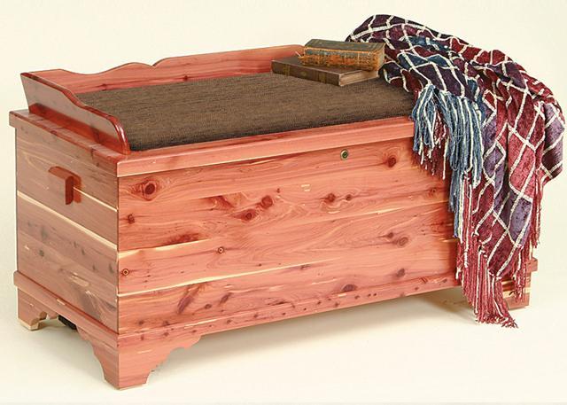 Ovakav kovčeg koji stoji u podnožju kreveta možete i sami napraviti.