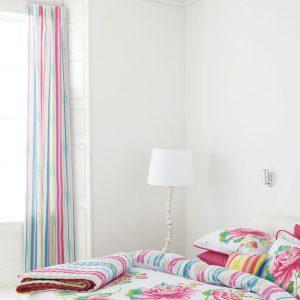 Svijetla spavaća soba u kojoj dominira bijela boja.