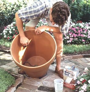 Premažite unutrašnjost saskije nekim vodootpornim materijalom.