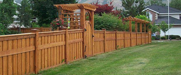 Drvena ograda je jedno od jeftinijih rješenja za privatnost u vrtu.