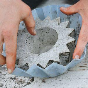Betonsku saksiju izvadite iz posude.