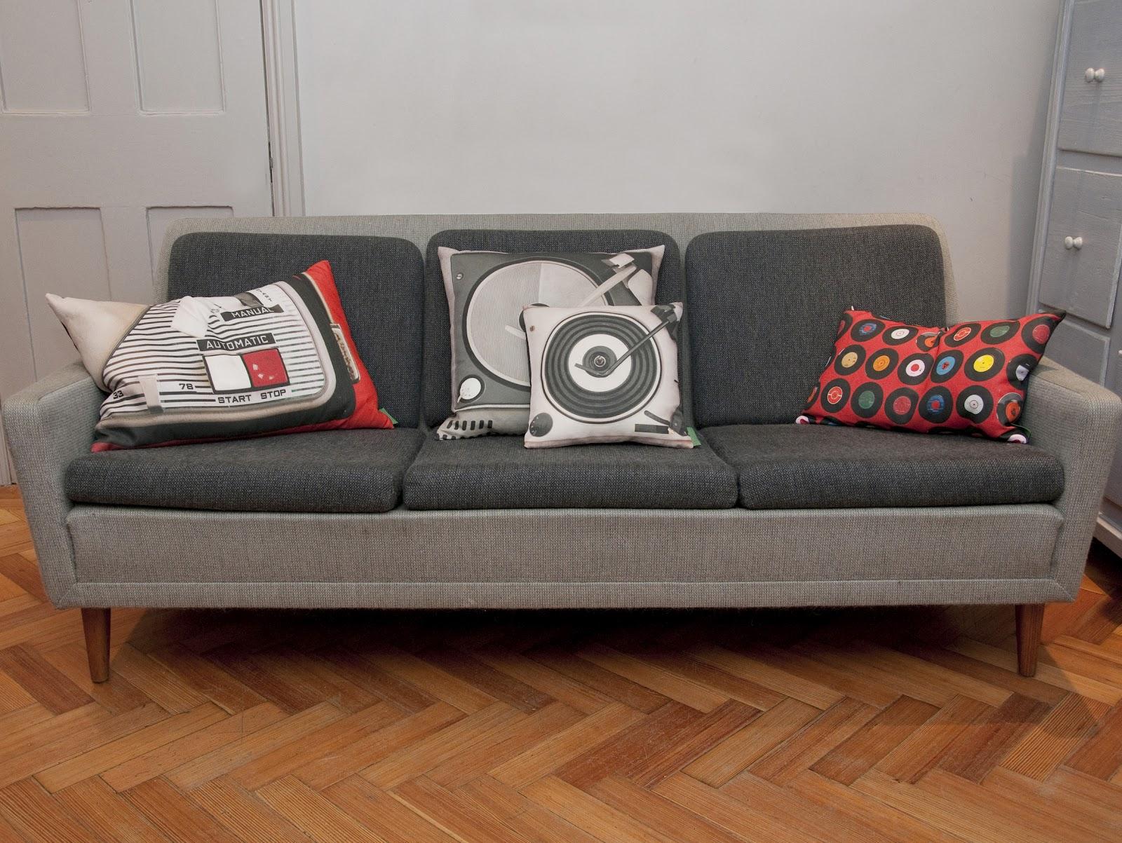 siva sofa sa jastucima