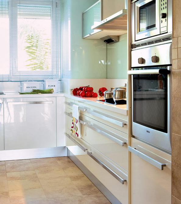 U kuhinji preovladavaju glatke i sjajne površine.