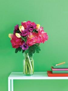 Kontrastne boje zelenoj boji privući će pažnju i učiniti prostor zanimljivim.