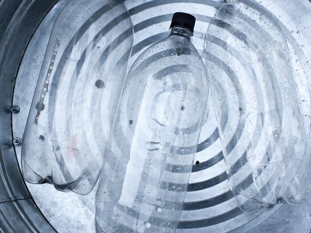U kantu stavite nekoliko praznih dvolitarskih flaša.