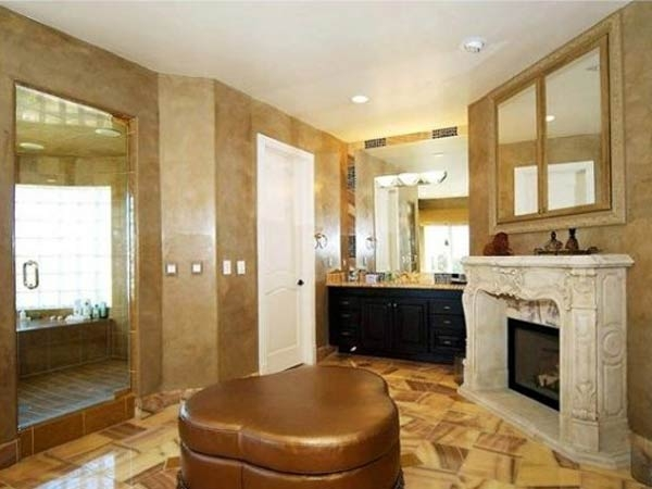 Kamin i sofa u kupatilu su trend koji traje već par vijekova.