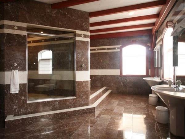 Pored skupih materijala ovo kupatilo odlikuje velika kvadratura.