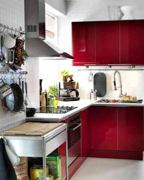 Vrata kuhinjskih elemenata u jarkim bojama.