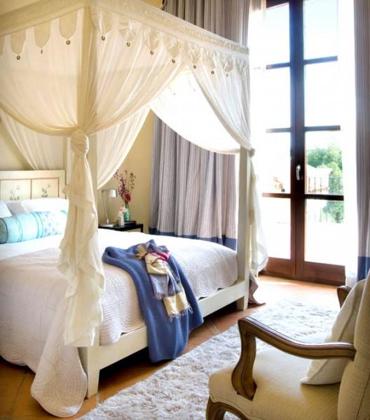 U spavaćoj sobi preovladavaju svijetli krem tonovi.