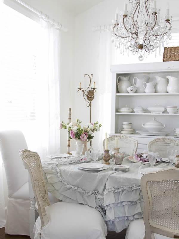 Lusteri i svijećnjaci će dati prostoru luksuznu notu